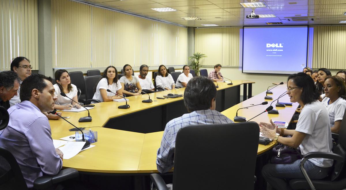 Secretário recebe assistentes sociais e psicólogas da STDS