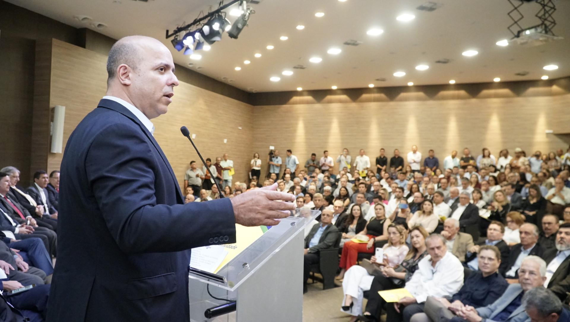 Mais de 900 empreendedores de todos os portes, prefeitos(as), lideranças políticas e empresariais se reúnem para ouvir a mensagem de Carlos da Costa